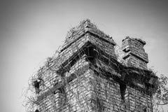 老可怕被放弃的城堡,塔,有传奇的地方上面  库存图片