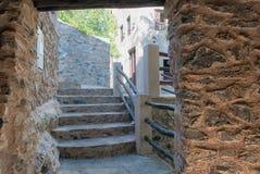 老台阶和曲拱由石头制成 免版税库存照片
