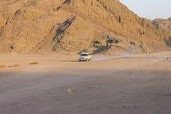 老吉普在Hurghada的一片沙漠 库存图片