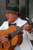 老吉他弹奏者在圣特尔莫 免版税图库摄影