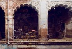 老周期在历史印地安房子庭院里  印度休闲概念 免版税库存照片