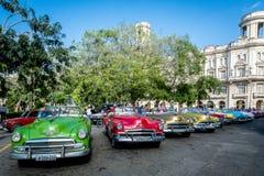 老和五颜六色的汽车在哈瓦那 免版税库存照片