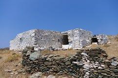 老和传统不用灰泥只用石块构造的大厦在基斯诺斯岛海岛,基克拉泽斯,希腊 免版税库存图片