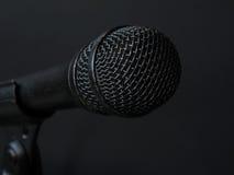 老和使用的黑声音话筒 免版税图库摄影