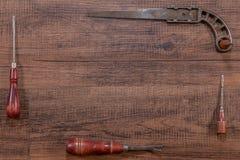 老和古色古香的工具代表的木制框架 免版税图库摄影