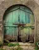 老和土气绿色木门 外门在房子里 库存图片