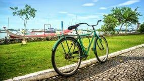 老和土气自行车在海边 免版税库存照片