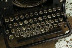 老和多灰尘的控制台打字机键盘 库存图片