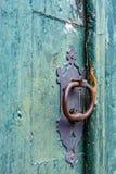老和年迈的历史的教会门 免版税库存照片