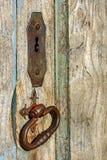 老和年迈的历史的木教会门 图库摄影
