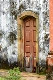 老和年迈的历史的木教会门 免版税库存图片