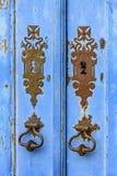 老和年迈的蓝色历史的教会木门 库存图片