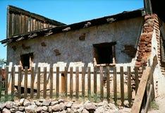 老和损坏的砖瓦房 免版税库存照片