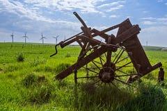 老和新技术-风轮机和被放弃的耕犁 库存照片