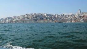 老和新的伊斯坦布尔视图,从帆船,令人敬畏的建造过多的海岸线的看法 股票录像