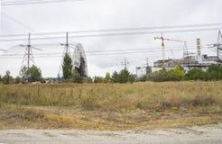 老和新的反应器风雨棚在切尔诺贝利核电站中 免版税库存图片