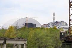 老和新的反应器风雨棚在切尔诺贝利核电站中 免版税库存照片