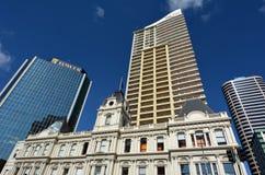 老和新的大厦在街市的奥克兰-新西兰 免版税库存照片