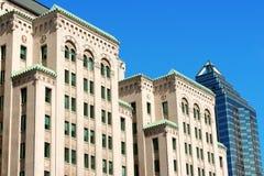 老和新的大厦在街市的蒙特利尔 免版税库存图片