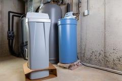 老和新的软水剂坦克在杂物间 库存照片