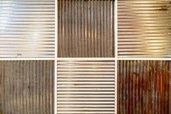 老和新的镀锌铁墙壁的样式 免版税库存图片