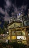 老和新的建筑学现代摩天大楼和传统风格 免版税库存照片