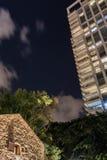 老和新的建筑学现代摩天大楼和传统风格 库存图片