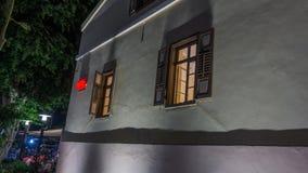 老和新的建筑学现代摩天大楼和传统风格 免版税库存图片