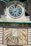 老和新(现代时钟和太阳时钟) 免版税库存图片