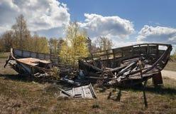 老和残破的木小船 免版税库存照片