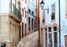 老和狭窄的街道在科英布拉,葡萄牙 免版税库存图片