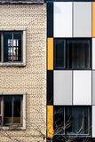 老和现代墙壁和窗口 免版税库存照片