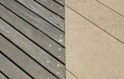老和现代木板走道边界  免版税库存照片