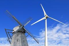 老和现代风车 库存图片