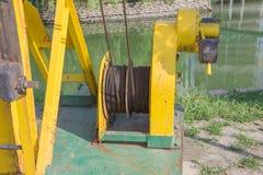 老和生锈机器在水库附近 生锈,被绘的机制 行业设备用机器制造金属工具 免版税库存图片