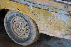 老和生锈的卡车轮子 免版税库存照片