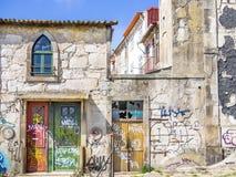 老和生锈的波尔图房子 免版税库存图片