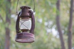老和生锈的煤油提灯有bokeh作为背景 免版税库存图片