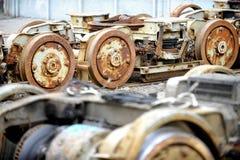 老和生锈的电车轮子 免版税库存图片