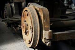 老和生锈的电车轮子 免版税库存照片