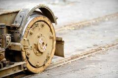 老和生锈的电车轮子 免版税图库摄影