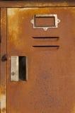 老和生锈的衣物柜 免版税库存照片