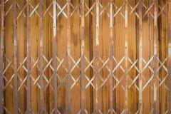老和生锈的铁门背景 免版税库存照片