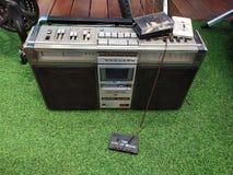 老和破旧的磁带收音机 免版税图库摄影