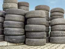 老和破旧的轮胎 库存照片