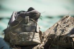 老和肮脏的体育鞋子 浅深度的域 免版税库存图片