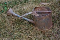 老和肮脏的喷壶 库存照片