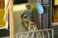 老和肮脏的微型塑料图模型乘驾自行车 图库摄影