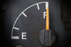 老和肮脏的汽油表 免版税库存图片