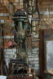 老和肮脏的钻床在工厂 免版税图库摄影